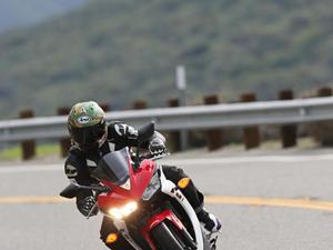 2015版雅马哈YZF-R3摩托车