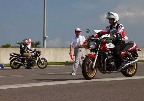 在日本浓厚的摩托车文化中玩车是怎样一种体验?